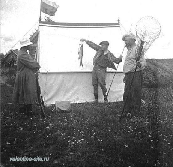 Ф.И.Шаляпин с пойманной им рыбой. 1900-е