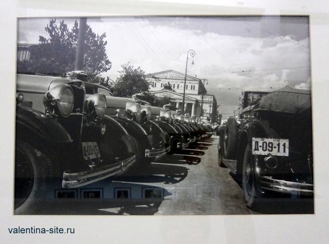 Михаил Прехнер. Новые автомобили у Большого театра. Москва, 1930-е