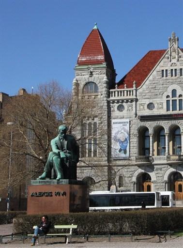 Памятник Алексису Киви на фоне Финского национального театра
