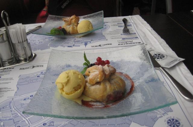 Штрудель с ягодами и мороженым