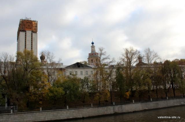 Андреевский монастырь и здание Президиума Академии наук РФ