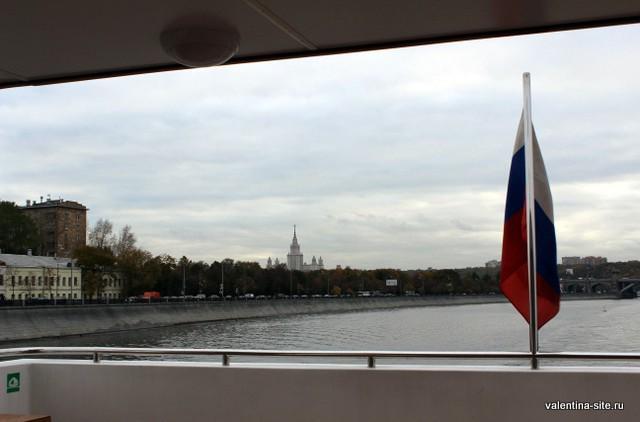 Вдали видно здание Московского Государственного Университета