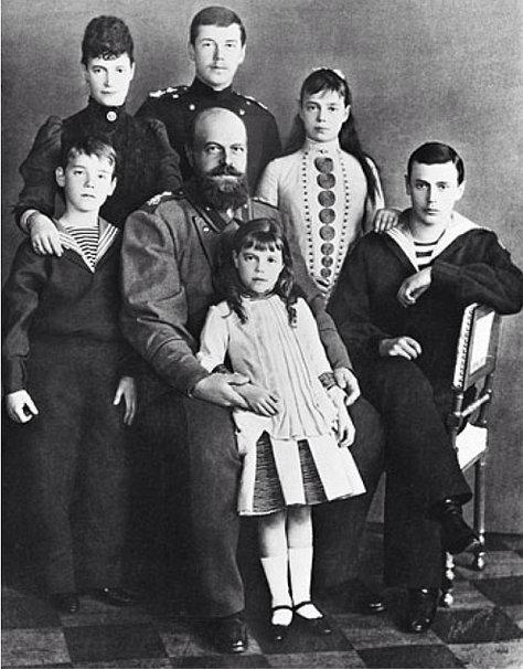 Император Александр III в кругу семьи.