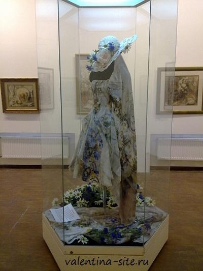 Цветы, написанные Аллой Беляковой, органично легли на шелк, создав самостоятельное художественное произведение