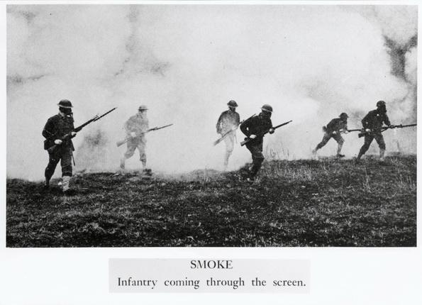 Газовая атака. Солдаты, выходящие из дыма. 1915-1918