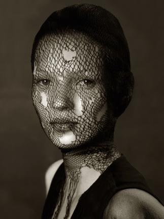 Альберт Уотсон. Кейт Мосс в порванной вуали. Марракеш. 1993