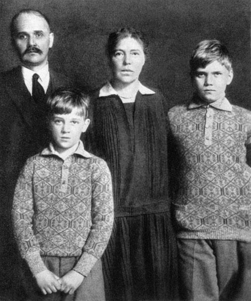 Великая княгиня Ольга с Н.А.Куликовским и сыновьями Тихоном и Гурием