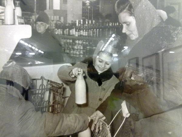 Михаил Грачев. Мамины помощницы.  В магазинах без продавцов. 1950-е