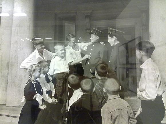 Эммануил Евзирихин. Новая школьная форма. 1956